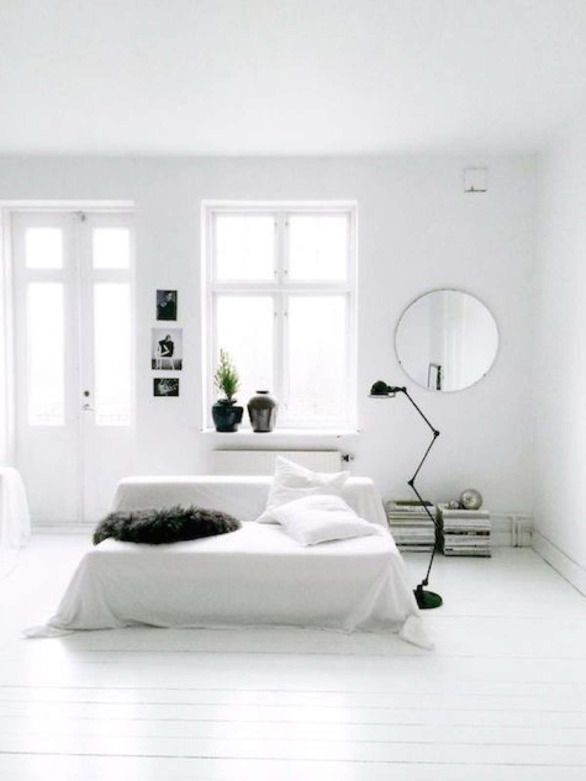 12 claves para decorar interiores minimalistas con encanto for Minimalist black and white bedroom