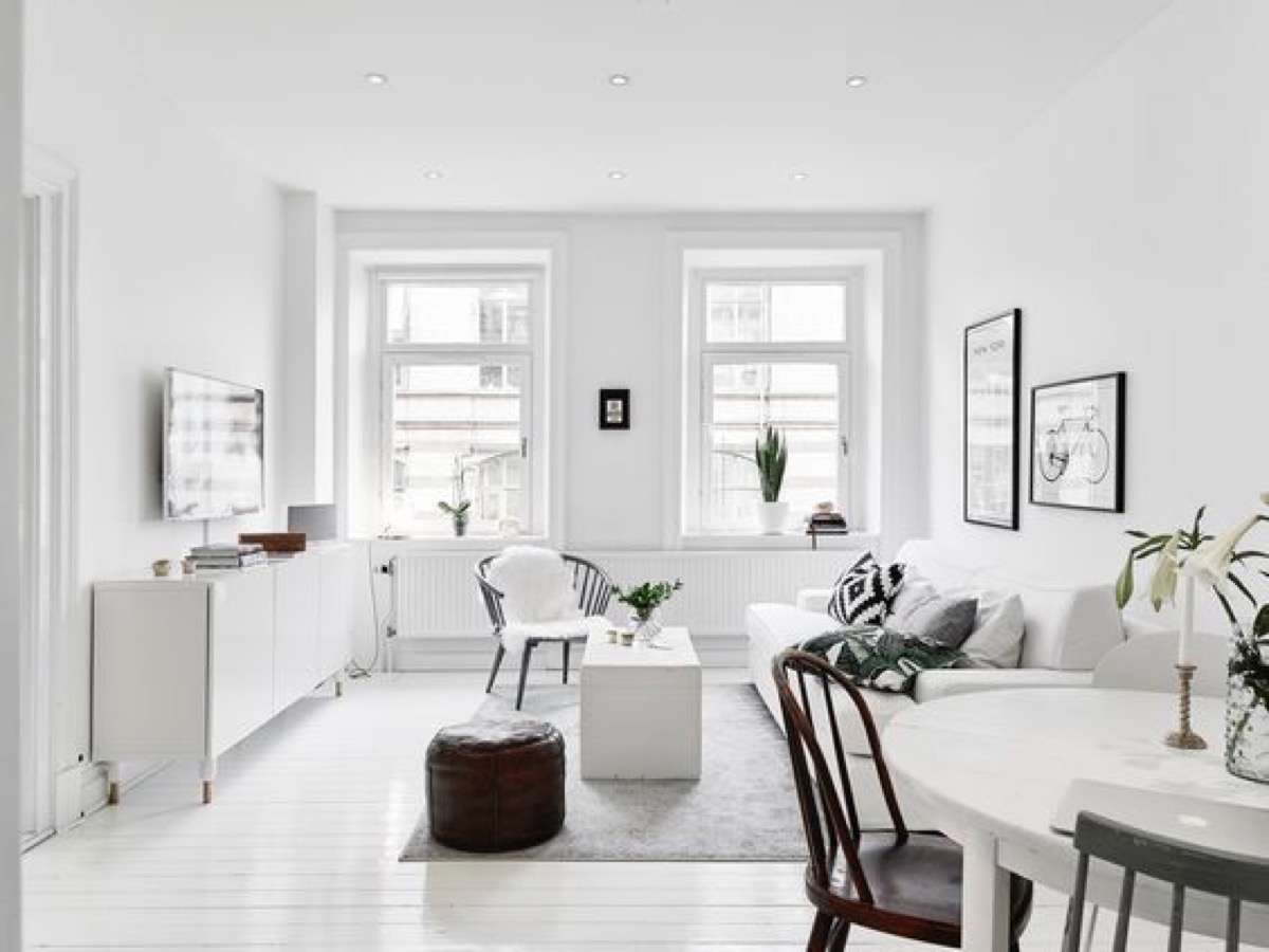 12 claves para decorar interiores minimalistas con encanto - Decoracion salon blanco ...