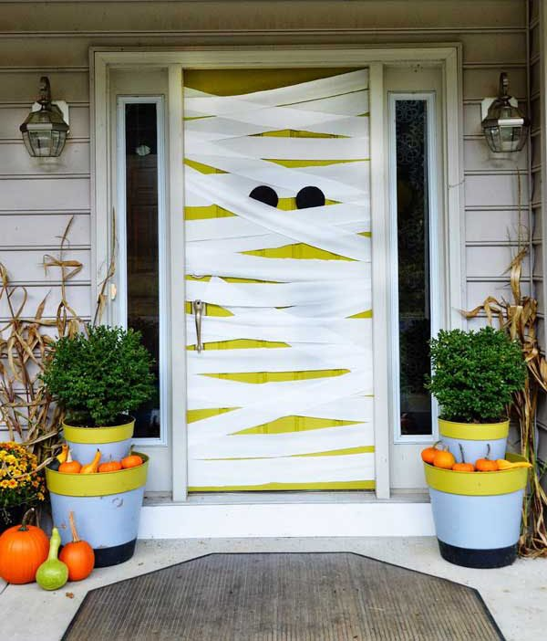 8 ideas de miedo para decorar puertas y ventanas en halloween for Decorar puertas viejas de interior