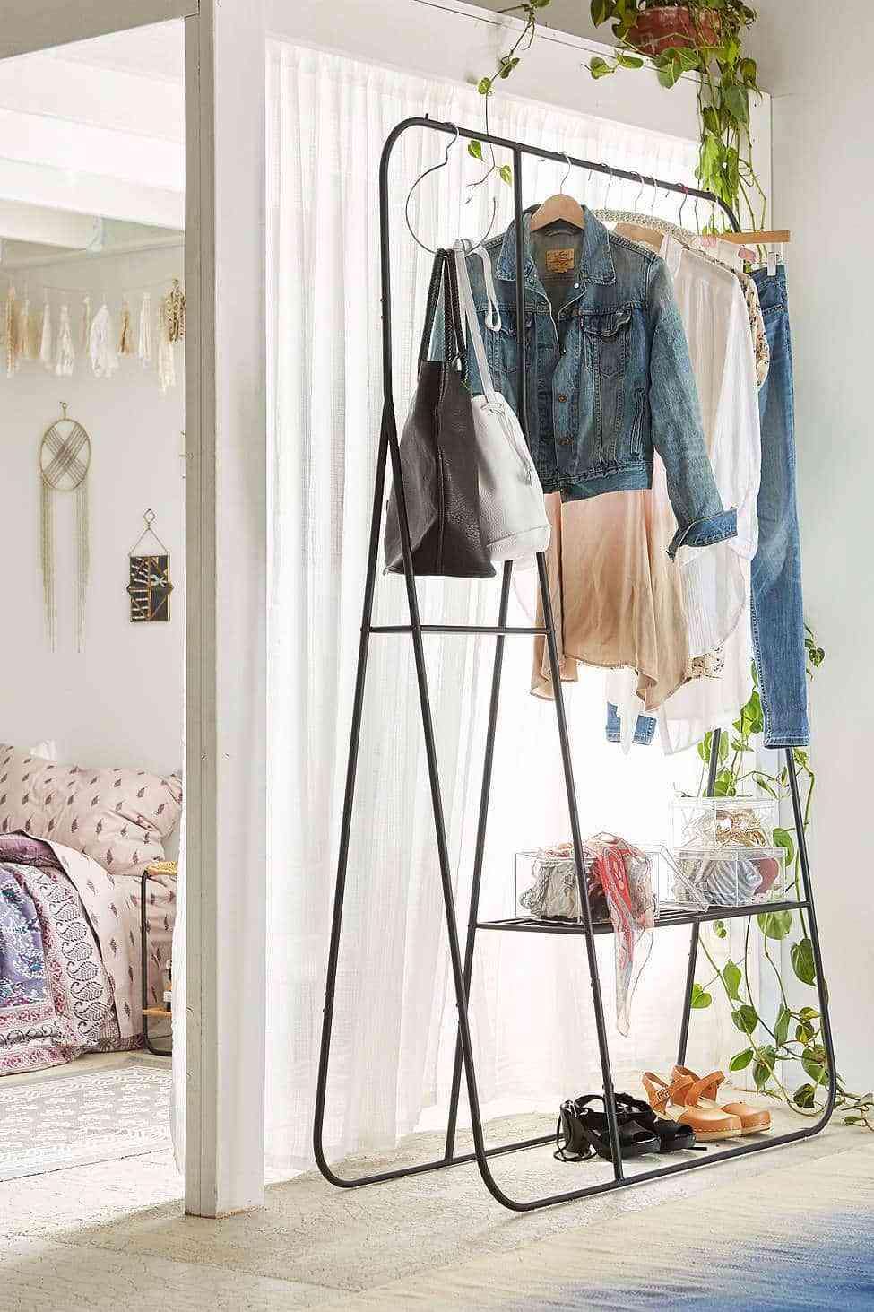 C mo hacer un vestidor barato para organizar la ropa for Ideas muebles para poco espacio