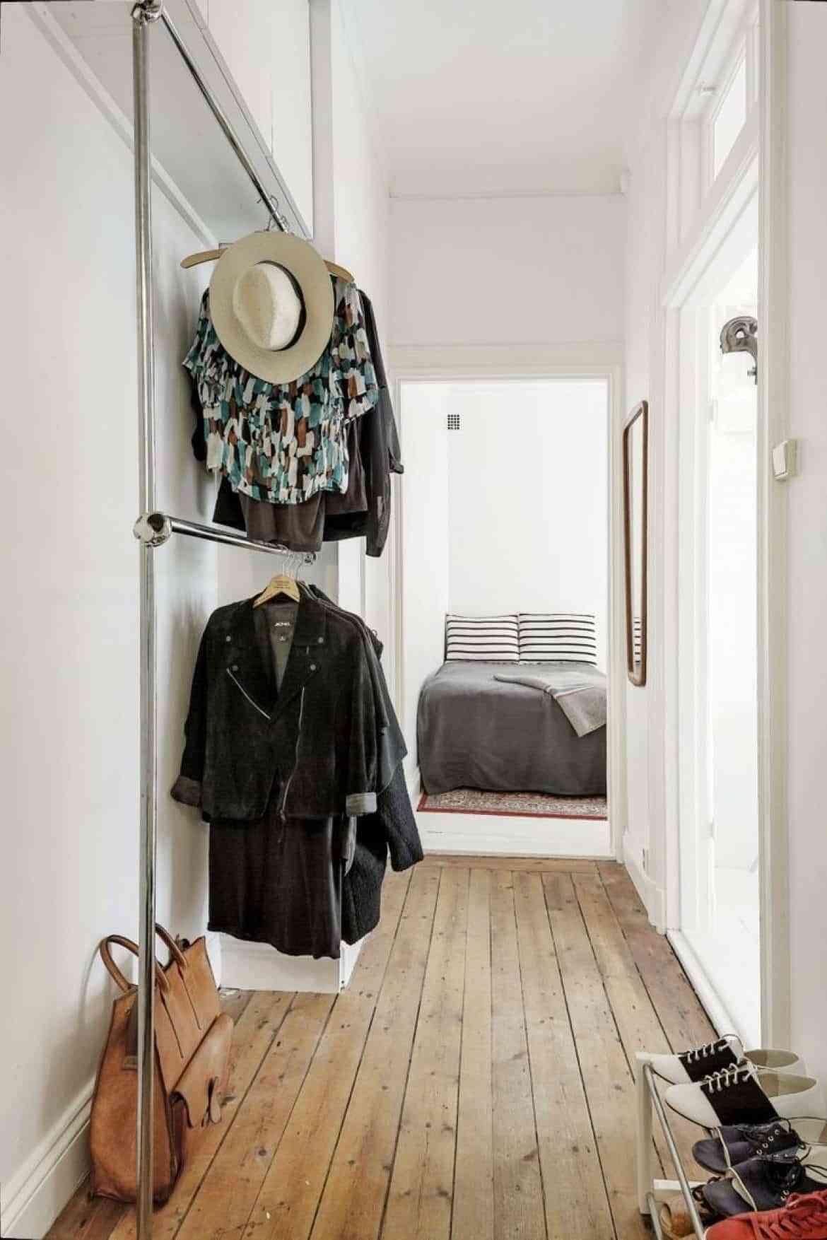 vestidor pequeño en el pasillo