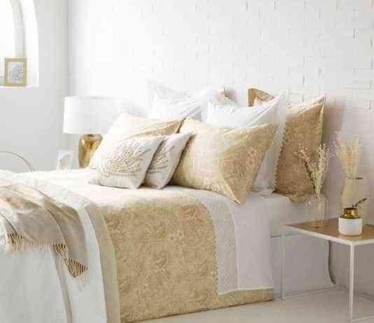 colocar cojines en la cama - dorados