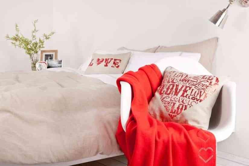 colocar cojines en la cama - con mensajes