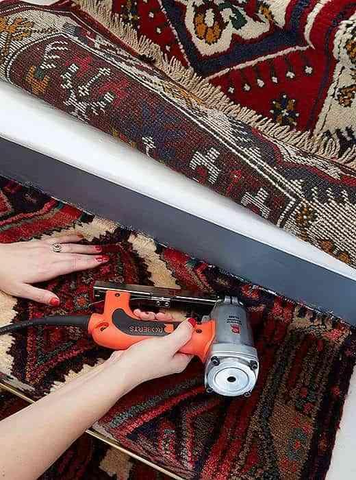 alfombra-vintage-para-la-escalera-clavos