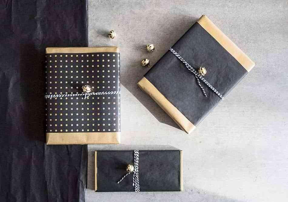 decorar-los-paquetes-de-regalo-westwing-negro-y-oro