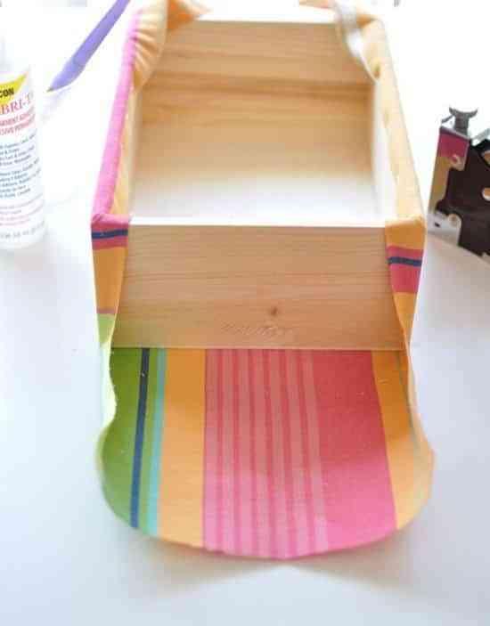 Aprende a forrar cajas con tela para decorar tus estanter as - Forrar cajas de carton con telas ...