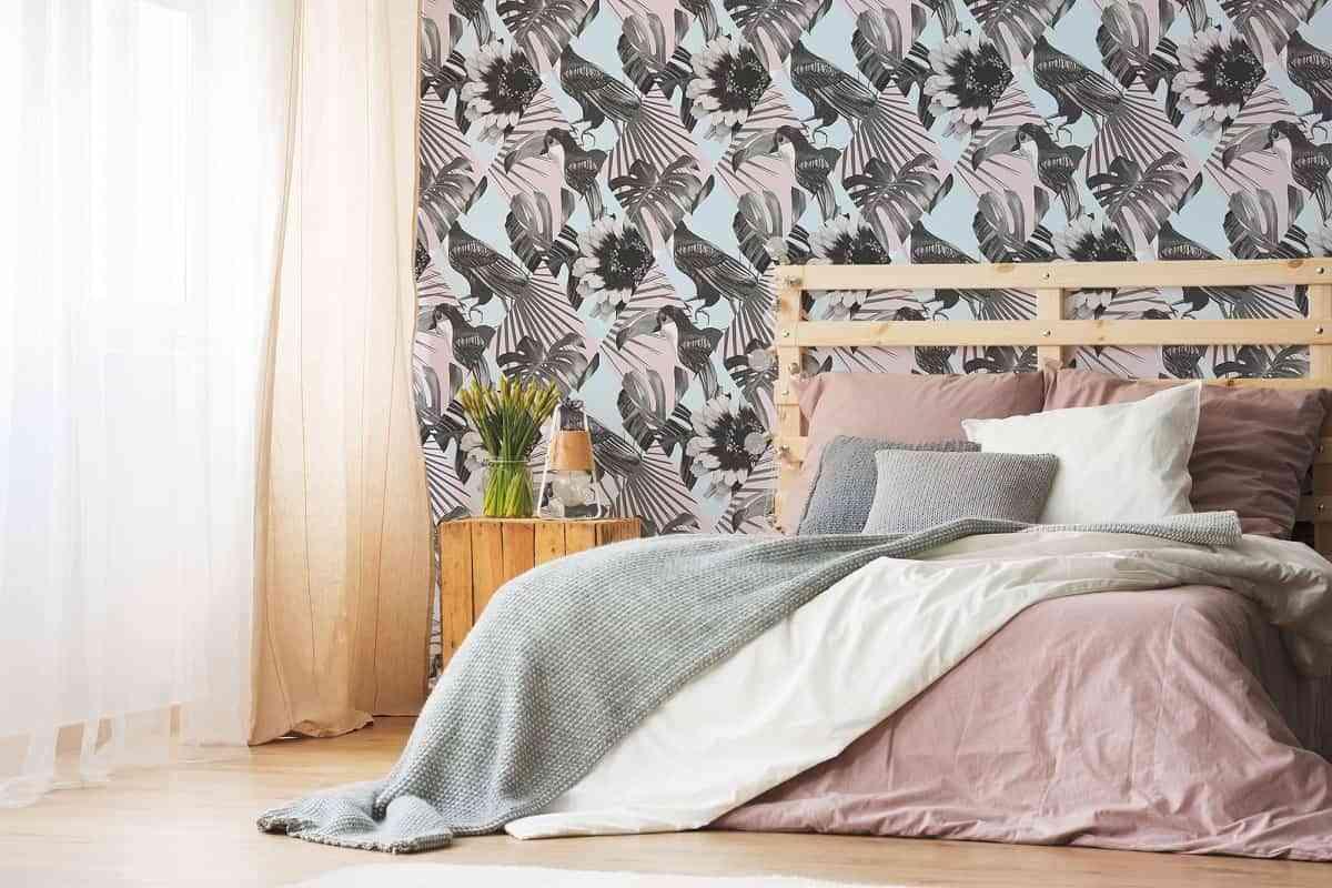 si nos fijamos bien en el papel tapiz nos daremos cuenta que el dibujo hace referencia a un ave que est rodeado de hojas de selva