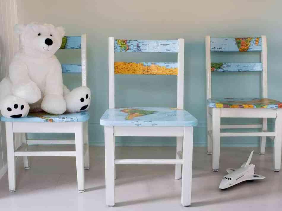 DIY: Recicla una silla infantil con la técnica del decoupage y un mapa