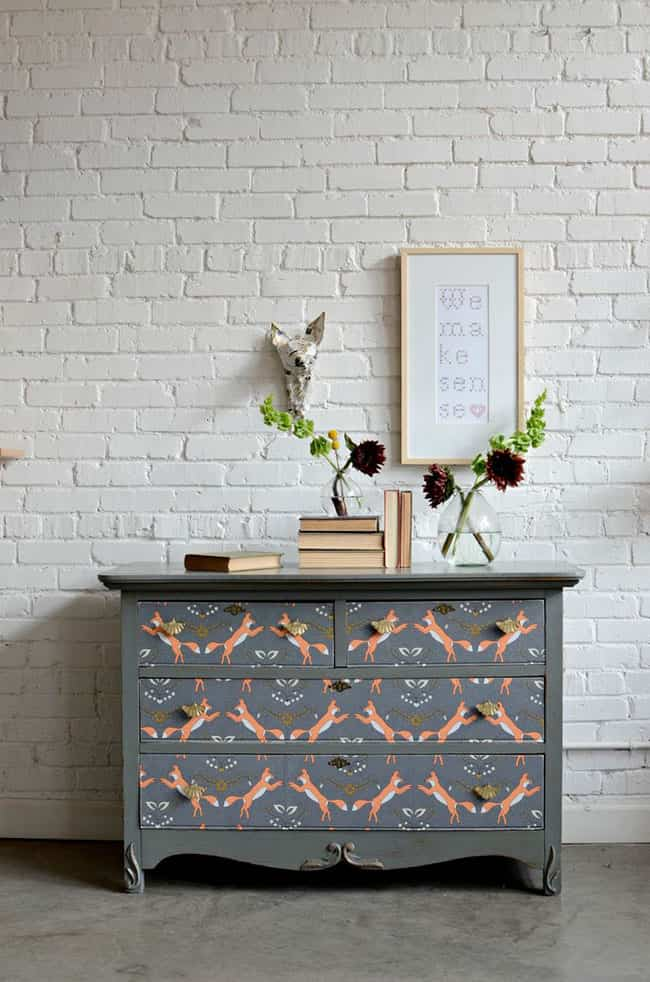 C mo actualizar una c moda de madera con pintura y papel pintado - Como restaurar una comoda ...