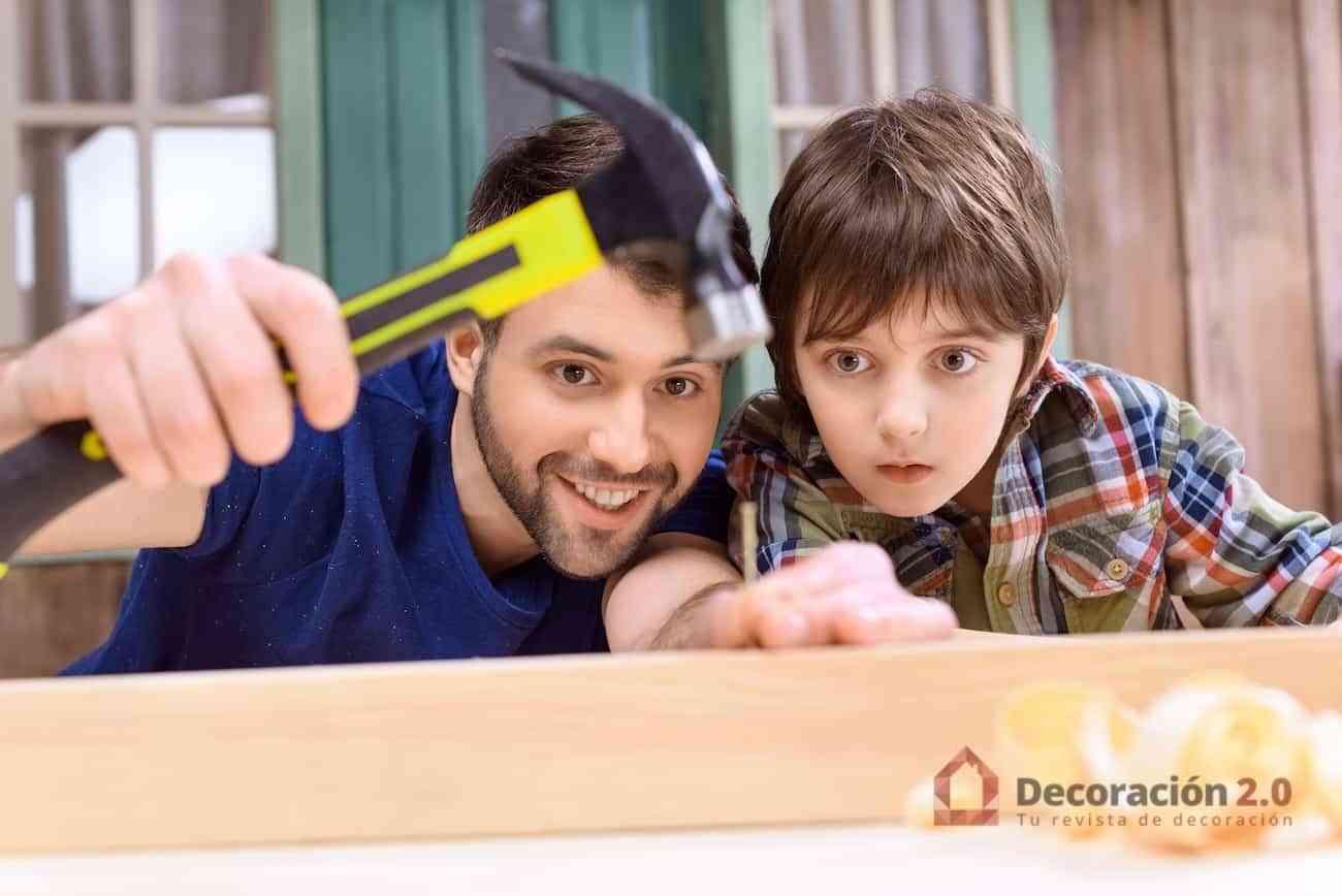 Aprender a clavar un clavo en madera
