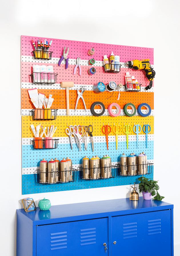 DIY: cómo pintar un panel perforado con franjas de colores alegres