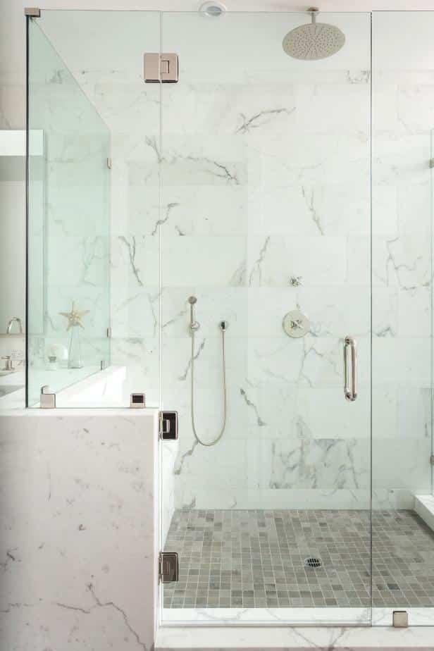 Ideas prácticas y muy especiales para decorar un baño con mármol