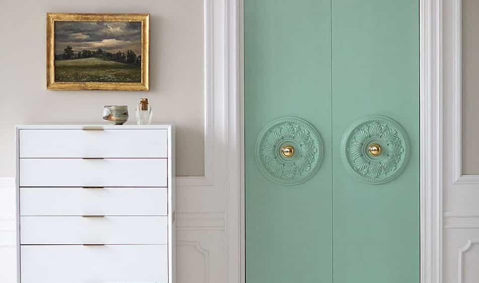 DIY: Decorar las puertas del armario del dormitorio con un rosetón