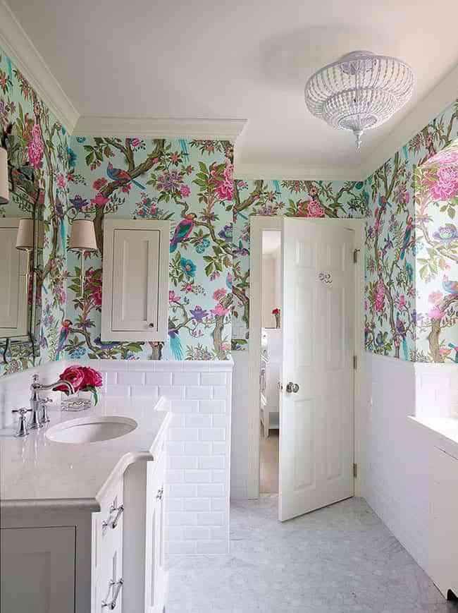 baño con motivos florales