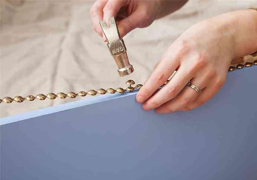 Diy tapizar una puerta y decorarla con tachuelas para - Chinchetas para tapizar ...