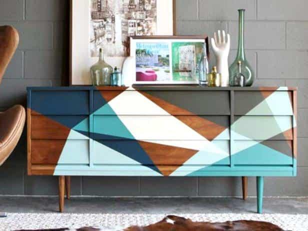 DIY: Cómo restaurar un aparador mid-century modern con pintura y un diseño geométrico