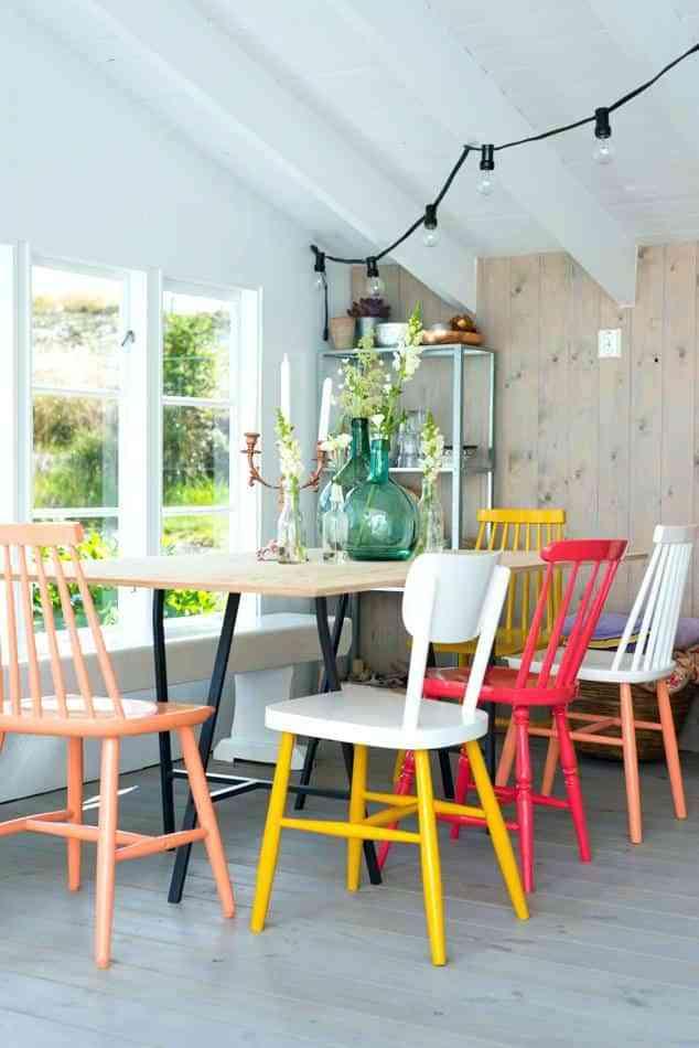 Sabes cómo mezclar sillas diferentes en el comedor y dar en la diana?