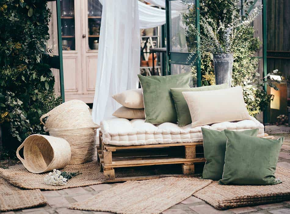 ideas fáciles de reciclaje, sofá con palets, palets