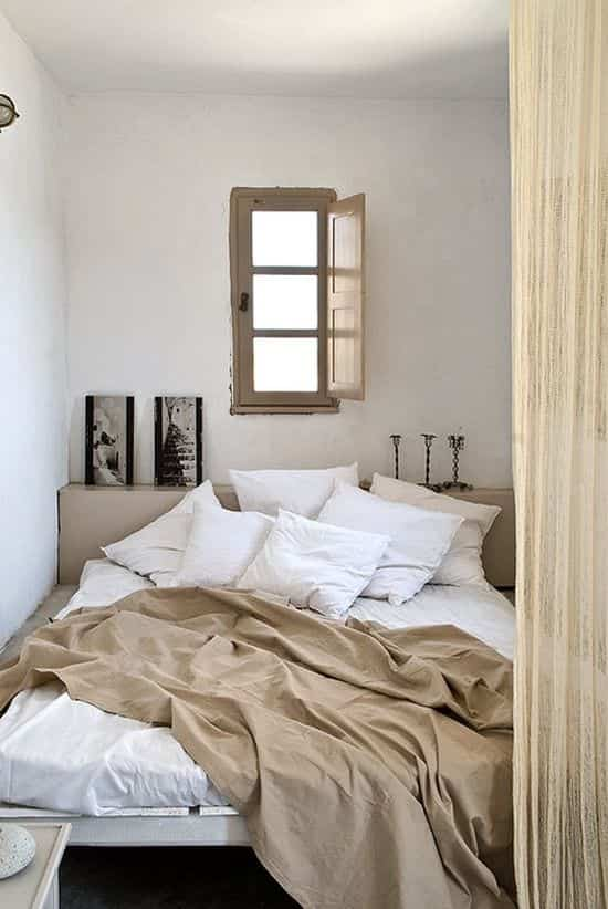 camas deshechas blanco y beige