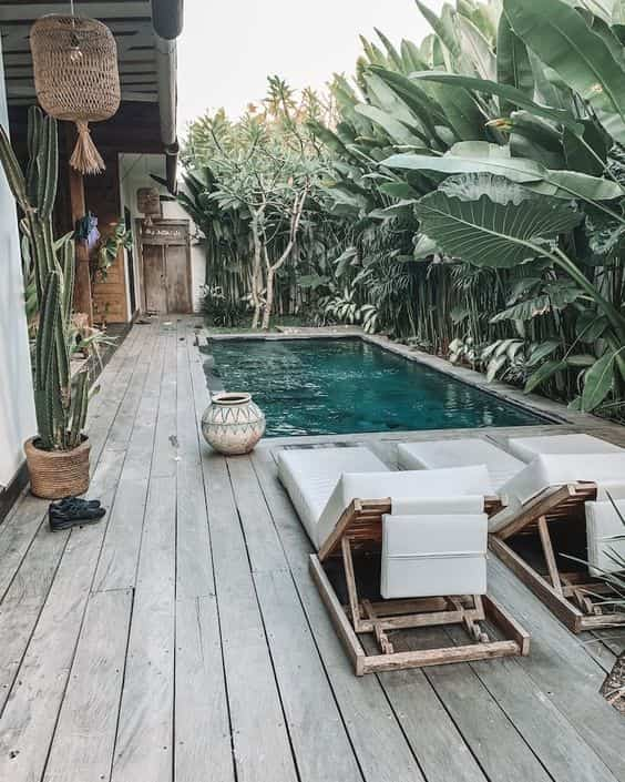 pequena piscina en el jardin con tumbonas