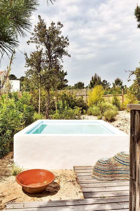 pequena piscina en el jardin huerto