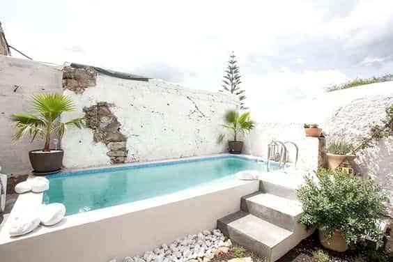 pequena piscina en el jardin tipo aljibe