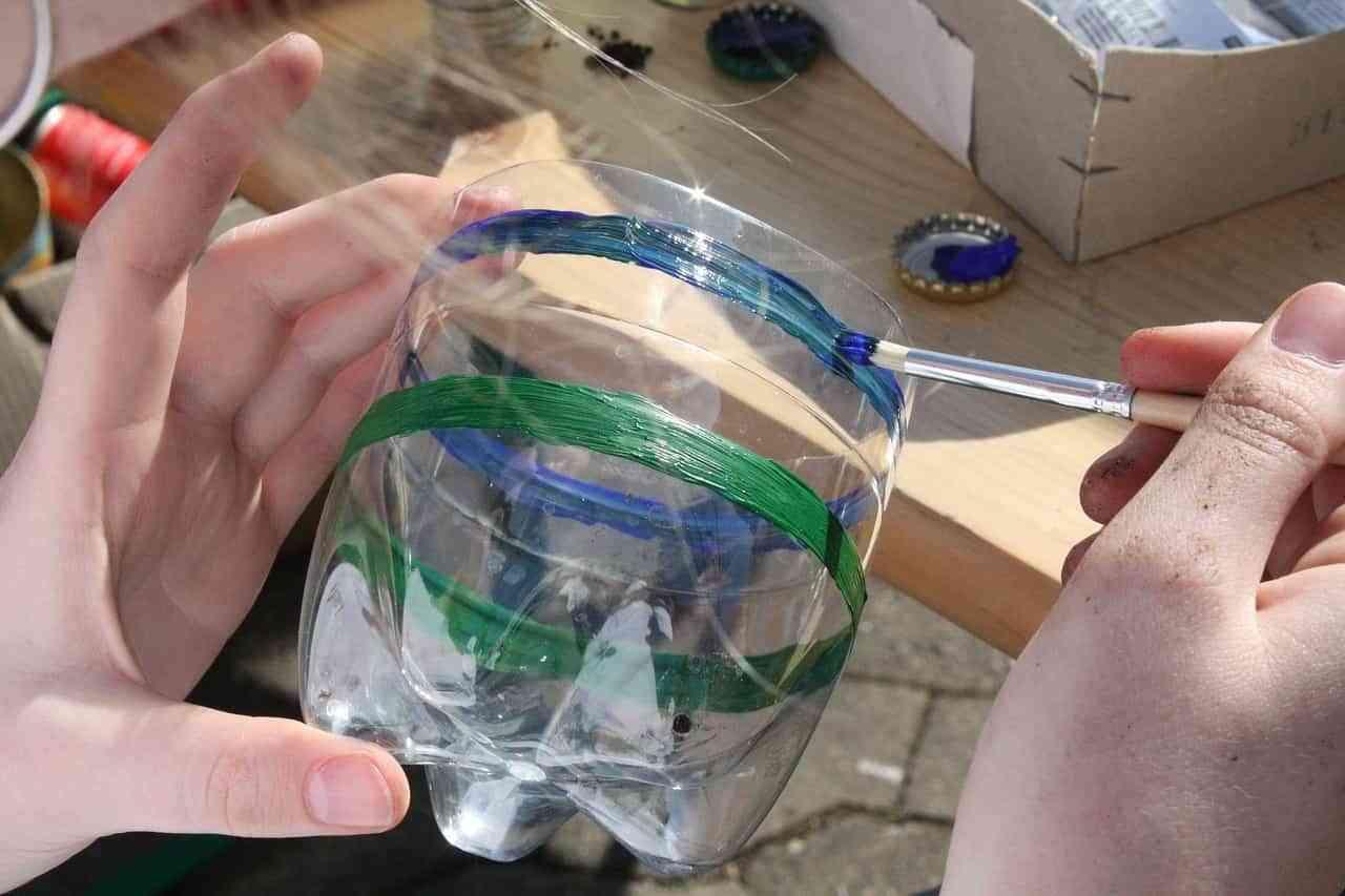 Juegos y manualidades para niños con botellas de plástico recicladas