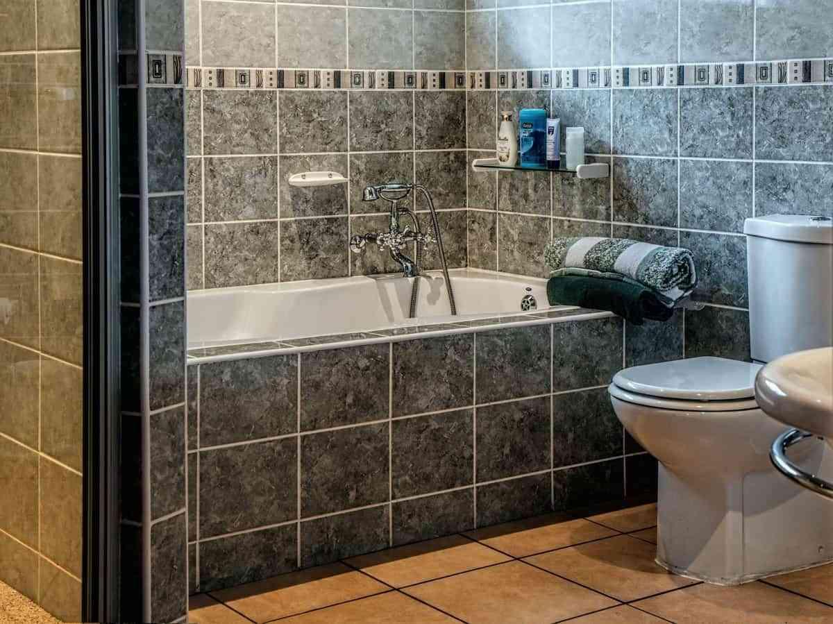 8 trucos extraños para limpiar el inodoro que funcionan