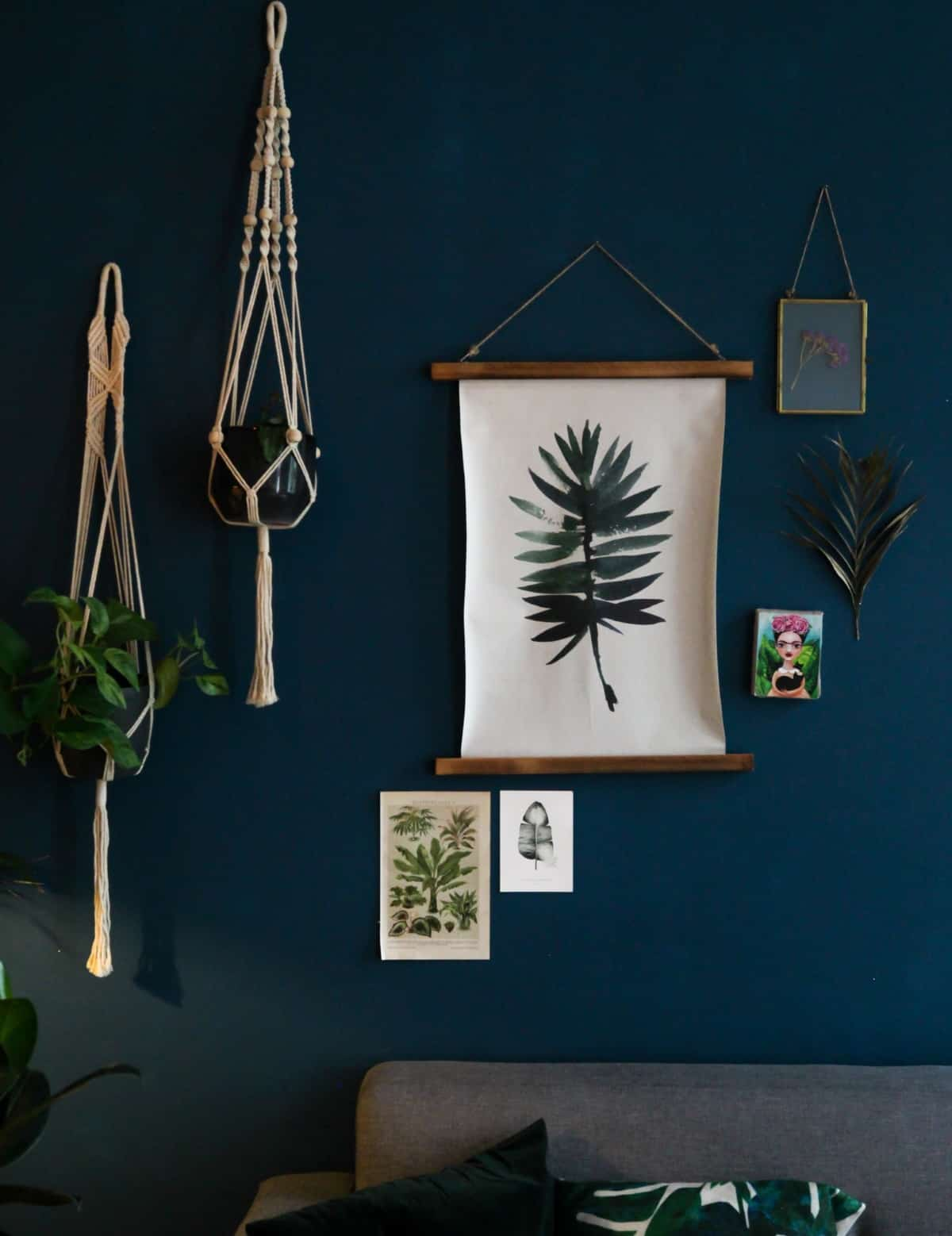 pared decorada con plantas y macrame