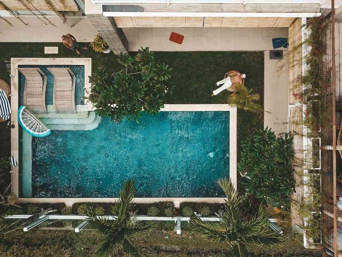 orden en una terraza con piscina