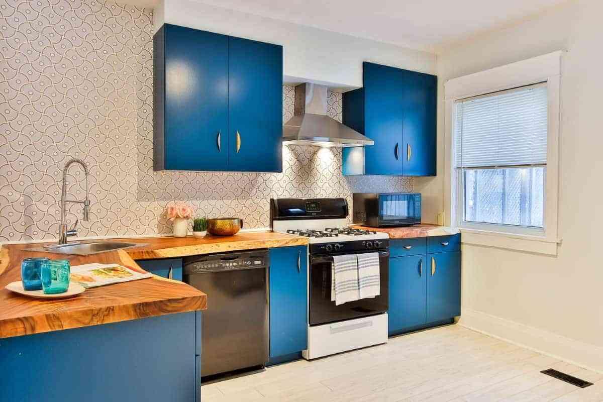 preciosa cocina con detalles en azul intenso