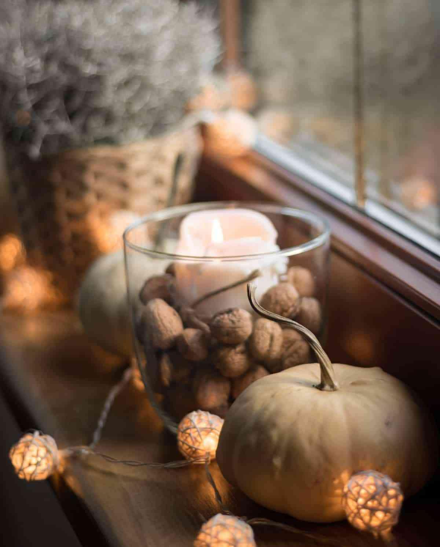 calabazas y velas para decorar la ventana