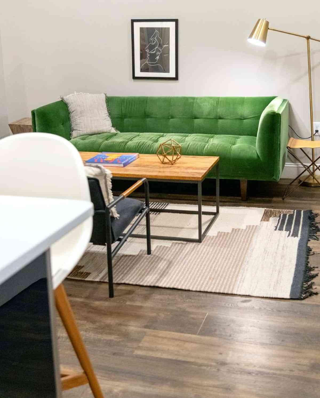 un sofa verde claro en el salon