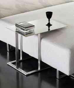 Una mesa auxiliar muy pr ctica decoraci n de interiores - Mesita auxiliar sofa ...