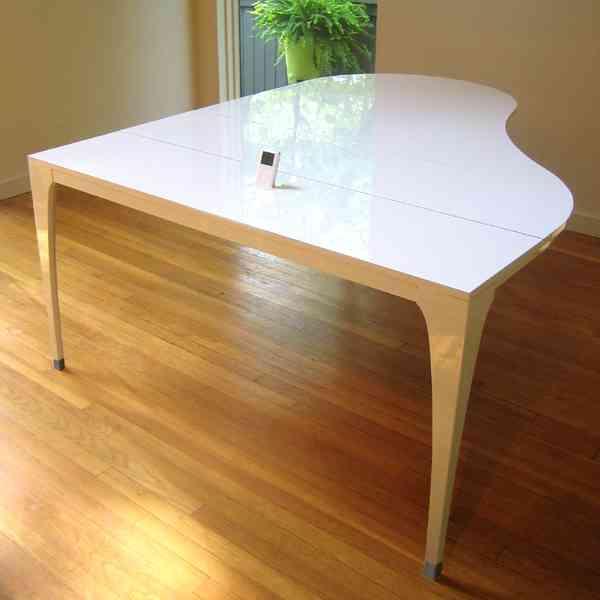 Mesa en forma de piano de cola