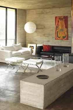 Salón con paredes de concreto de estilo moderno