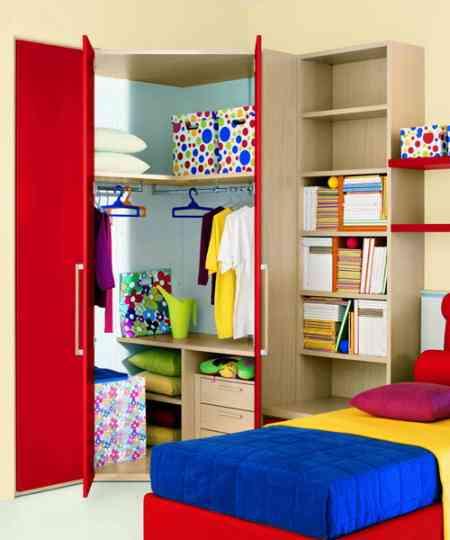 Un armario juvenil bien organizado decoraci n de - Distribucion armario infantil ...