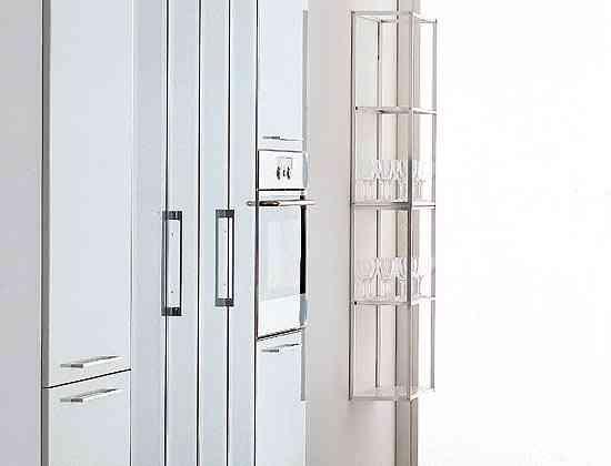 Cocina cómoda y radiante: espejo, fibra de vidrio y aluminio