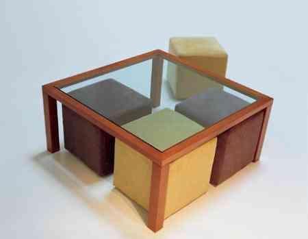 mesa con cuatro puffs berloni