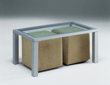 mesa con dos puffs berloni