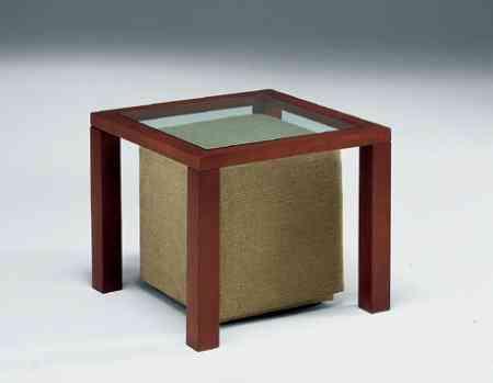 mesa con un puf berloni