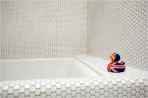 Un baño despojado, blanco y seguro 1