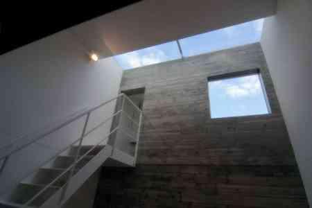 sandwich_casa_decoracion_estrecha_minimalista (11)