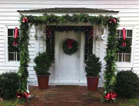 Tu casa por fuera en navidad decoraci n de interiores for Como decorar una puerta en navidad