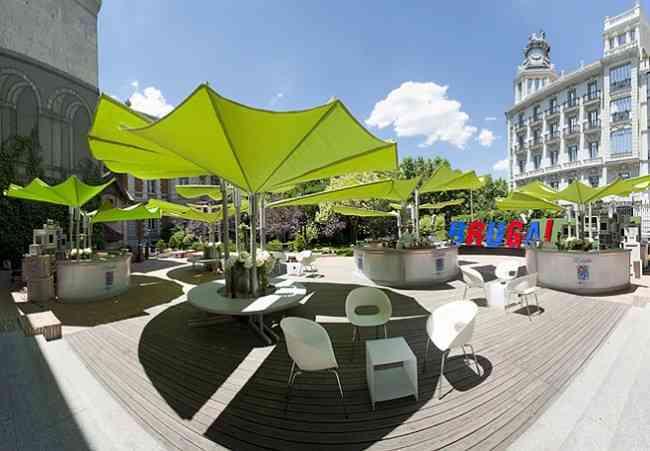 Una terraza de cafeter a muy moderna decoraci n de for Alcampo sombrillas terraza