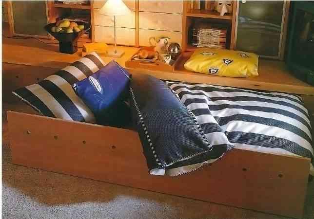 Una cama escondida en el salón bajo una tarima - Decoración de ...