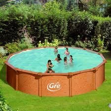 Una piscina en el patio trasero en el jard n o en la for Piscina follando