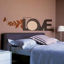 Decorar con textos la pared del cabecero de tu cama. 4