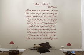 Decorar con textos la pared del cabecero de tu cama. 3
