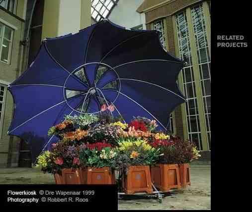 Puesto de flores bajo un paraguas 4
